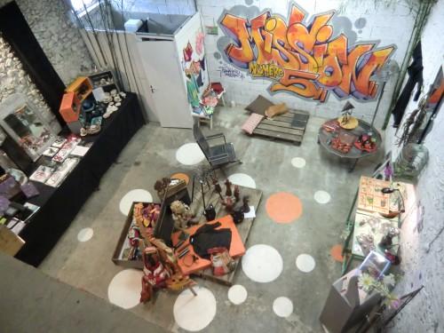espace créateur , boutique éphémère, vêtemnt créateur, meuble acier brut, photo, tableaux, sacs en tissu d'ameublement,